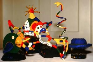 Pappmaché-Figuren nach Niki de Saint Phalle (1990)