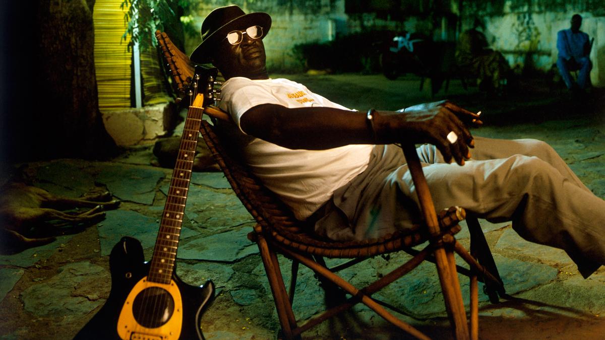 Touré, Ali Farka: Nick Gold & Ali Farka Toure lounging outside Bogolan Studios (Foto: Jonas Karlsson, Wikipedia)