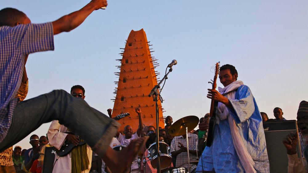 Bombino vor der Moschee in Agadez (2010)