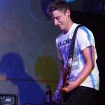 Jens Schmidt aka Reverend Reefer: Bass und Gesang bei No Fun am 26. April 2014 in Fürth im Kopf und Kragen
