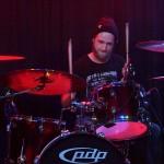 Sebastian Vogel am Schlagzeug beu No Fun am 26. April 2014 in Fürth im Kopf und Kragen