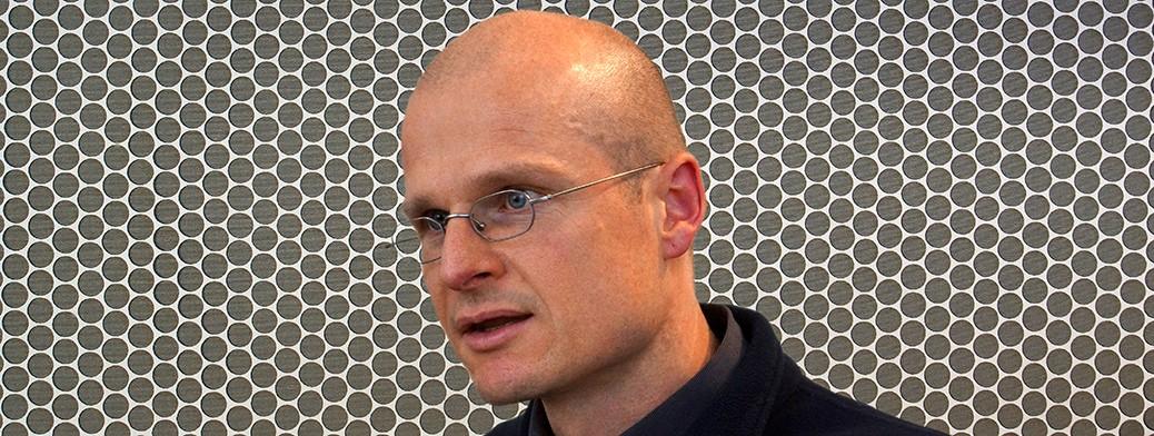Jürgen Krause vor einer Blattschneidearbeit (Collage) (2015)